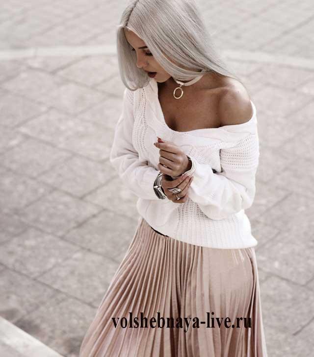 Плиссированная юбка в бежевом цвете с белым свитером
