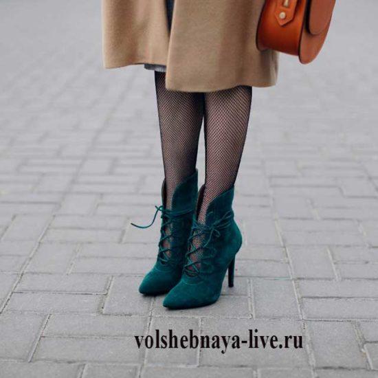 Образ с пальто и замшевыми ботильонами от Сони Карамазовой
