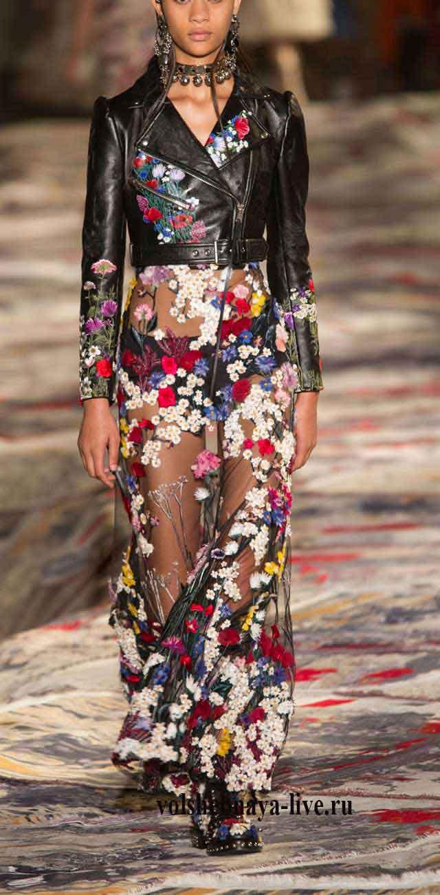 Косуха с прозрачным расшитым платьем McQueen весна-лето 2017