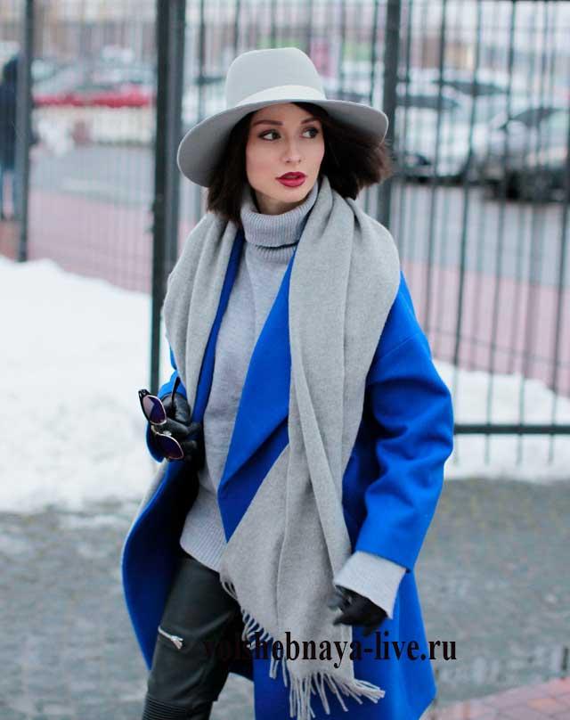 Серый шарф к пальто цвета электрик