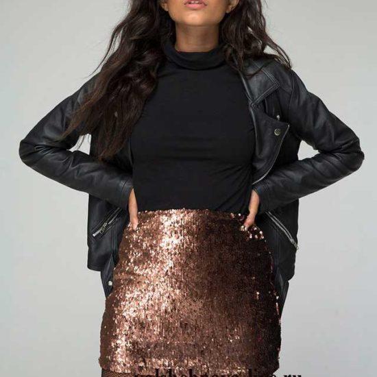 Мини юбка из золотых пайеток с кожаной курткой косухой