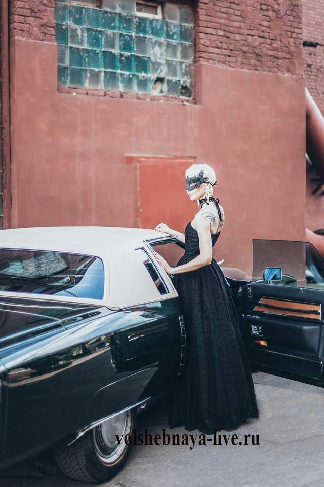 Роковой образ для вечеринки в черном платье в пол