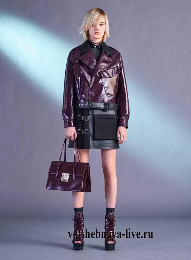 Бордовая кожаная куртка Версачи и юбка