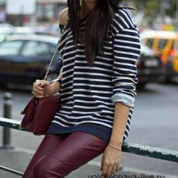Кофта синего цвета в полоску под бордовые брюки из кожи
