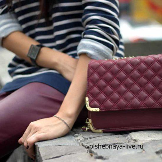 Кожаные брюки в обтяжку бордового цвета под стеганную сумочку цвета марсала