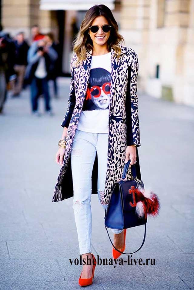 Леопардовое пальто под белые джинсы