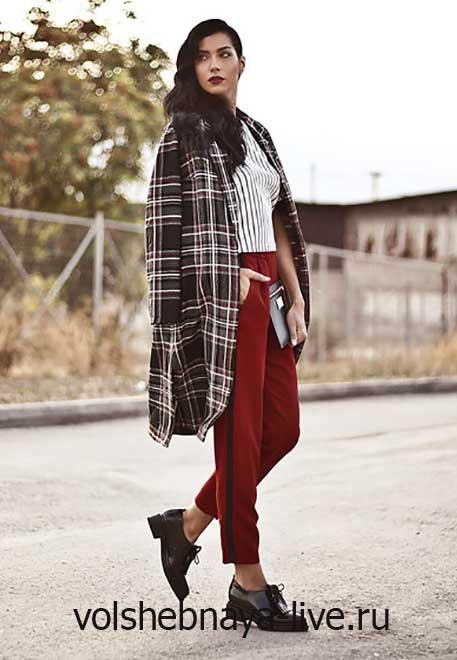 Пальто в клетку и бордовые брюки с лампасами