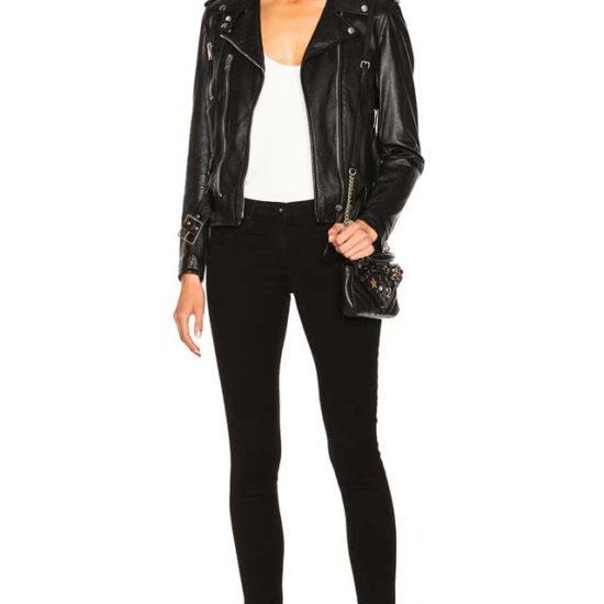 Образ с кожаной курткой вышитой на спине и черными джинсами