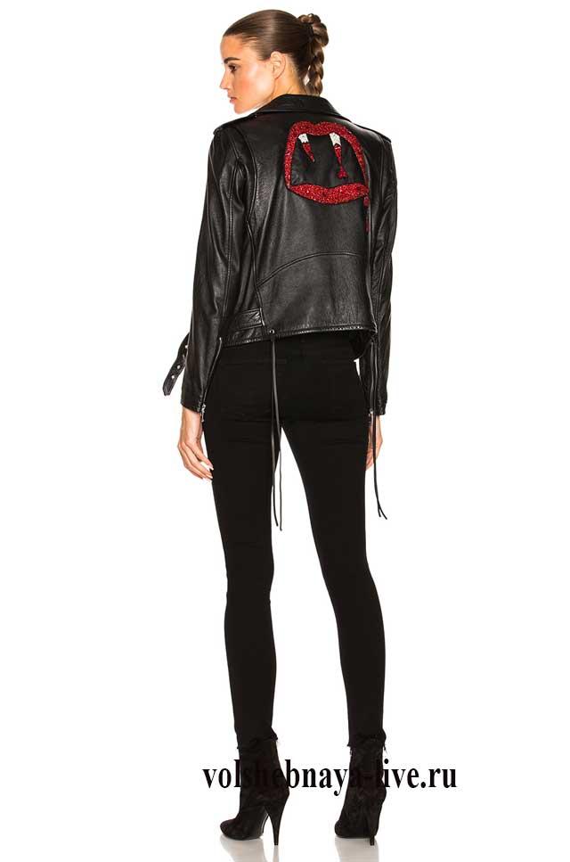 Образ с вышитой черной косухой из кожи и джинсами скини