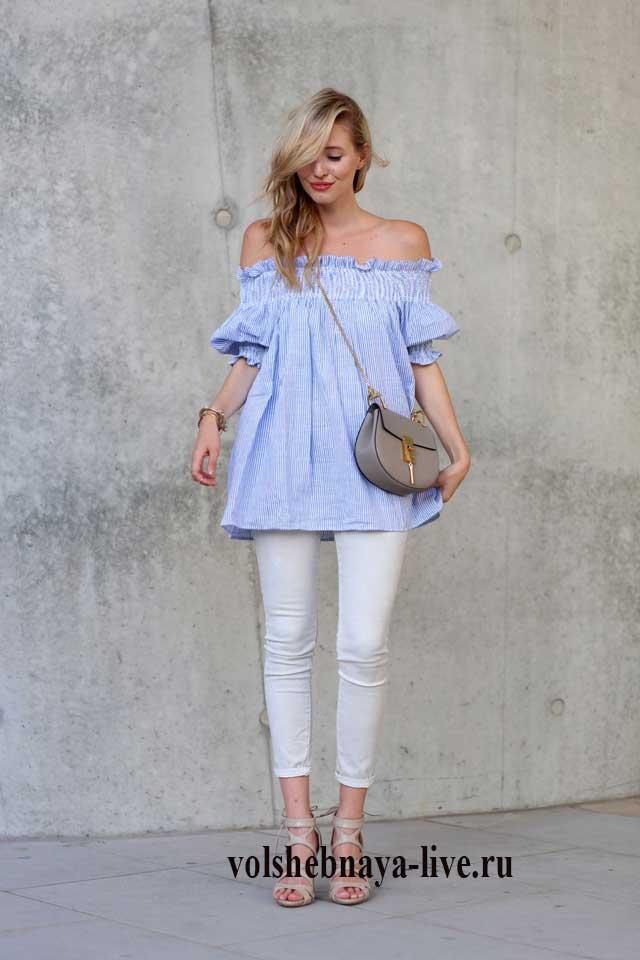 Как сочетается блузка разлетайка голубого цвета с белыми джинсами