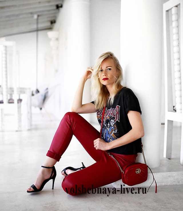 Кожаные брюки бордо с босоножками на каблуке
