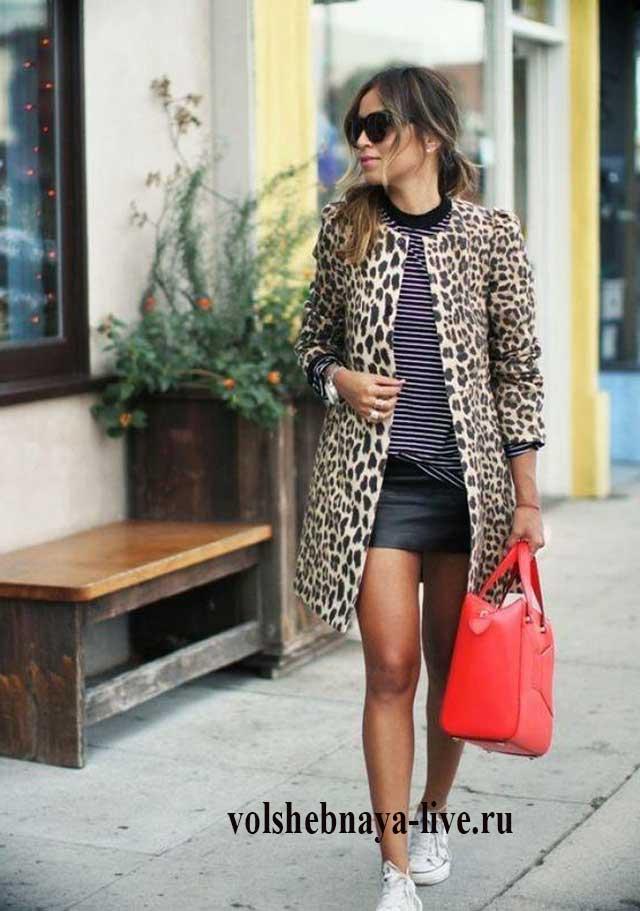 Леопардовое пальто с красной сумкой тельняшкой и кроссовкими