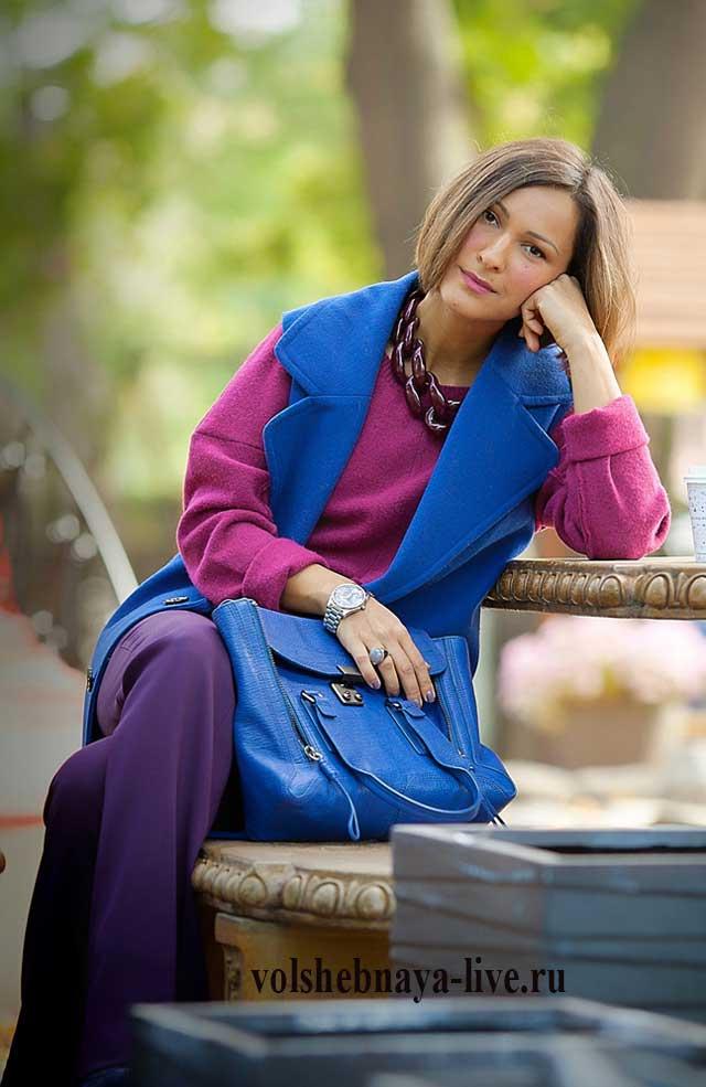 Пальто без рукава синего цвета под бордовые брюки