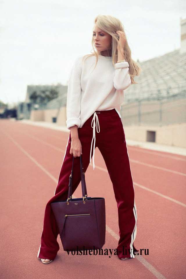 Белая кофта со спортивными бордовыми брюками
