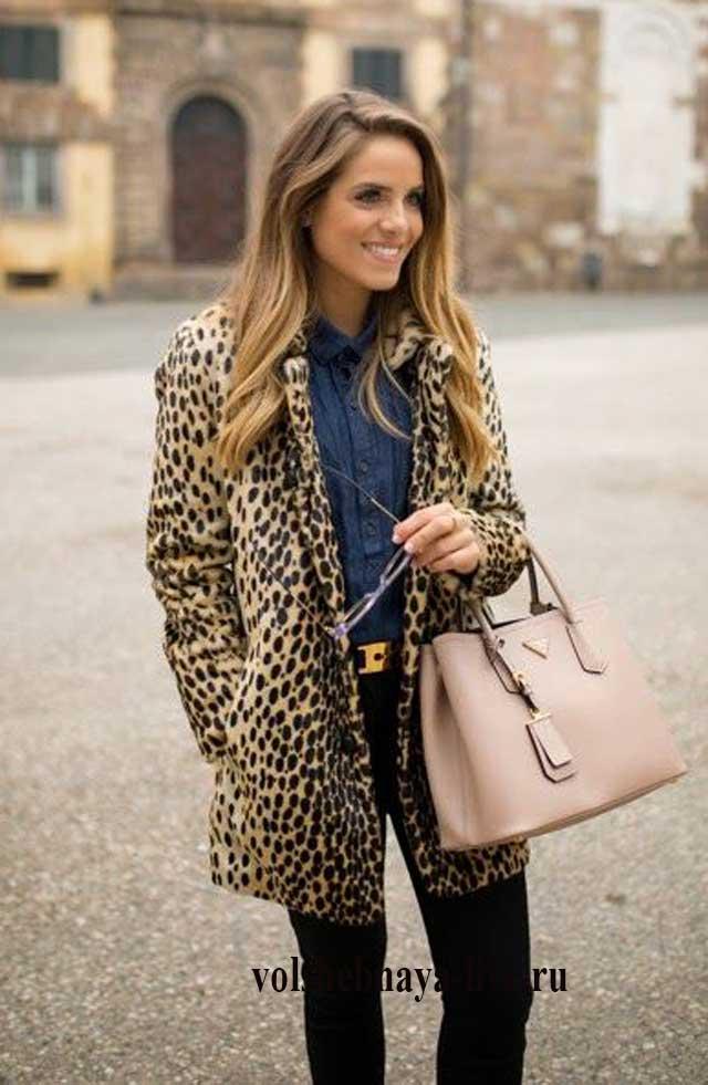 бежевая сумка с коротким леопардовым пальто