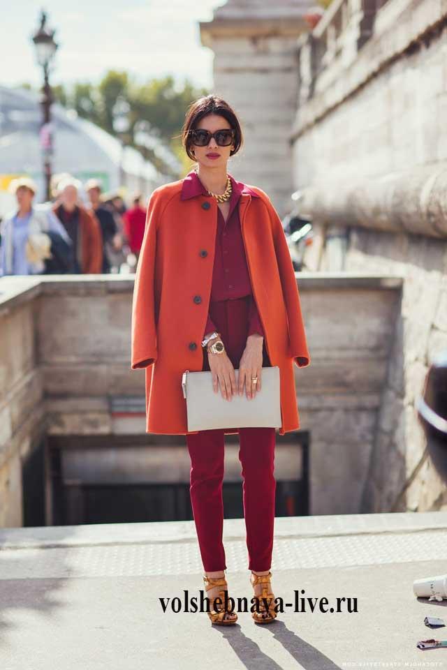 Двубортное оранжевое пальто с бордовыми брюками