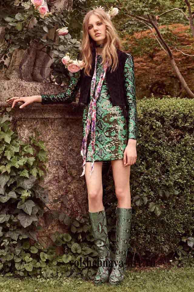 Roberto Cavalli resort 2017 Зеленое платье в пайетках с высокими сапогами из кожи питона