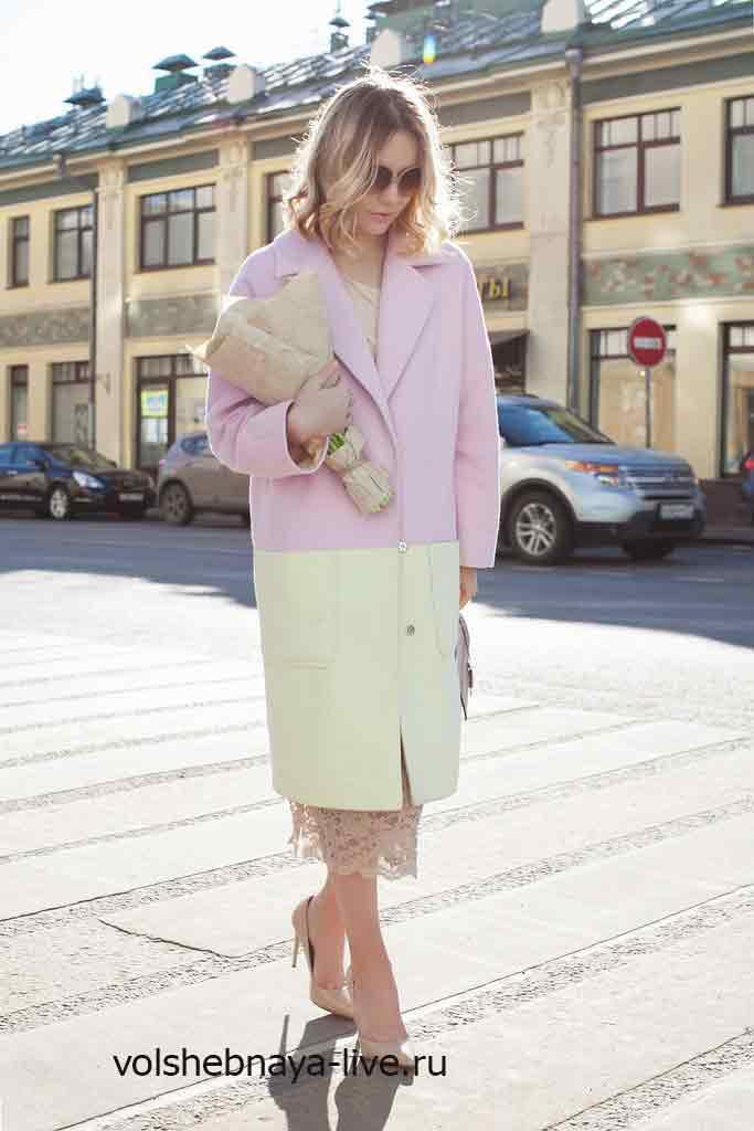 Нежно розовое пальто кокон с бежевыми туфлями