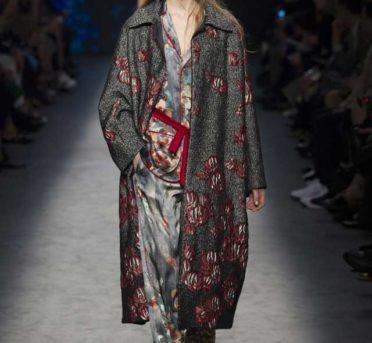 Темно серое пальто с бордовой вышивкой и пижамный брючный костюм