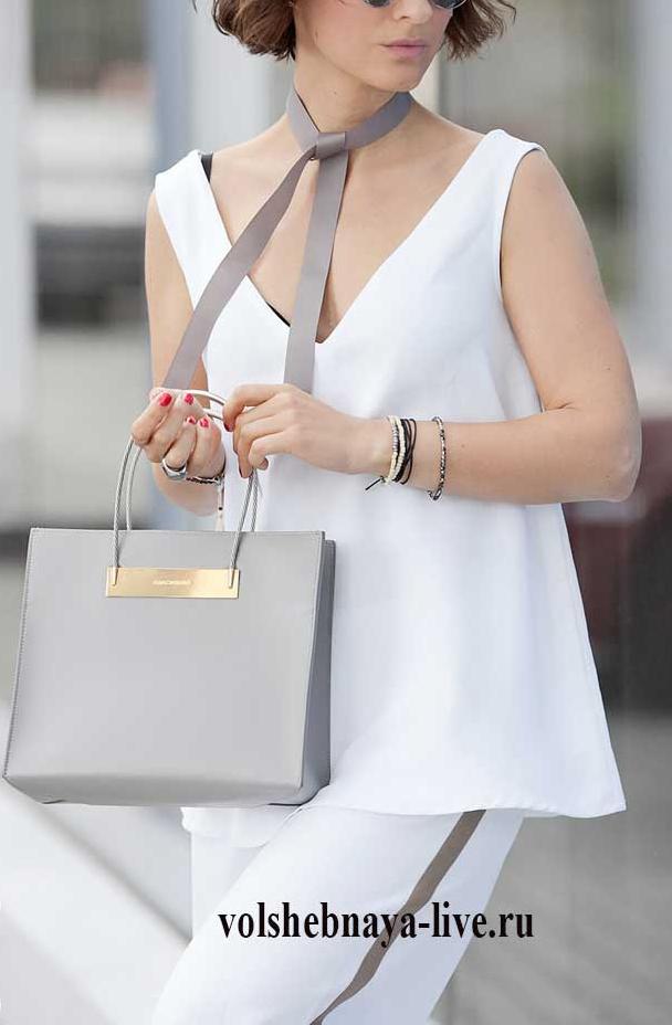 Серая сумка квадратной формы под летние белые брюки с лампасами