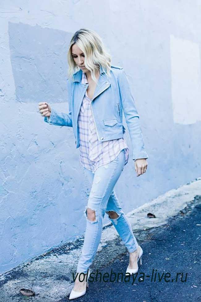 Голубая косуха под рваные джинсы.