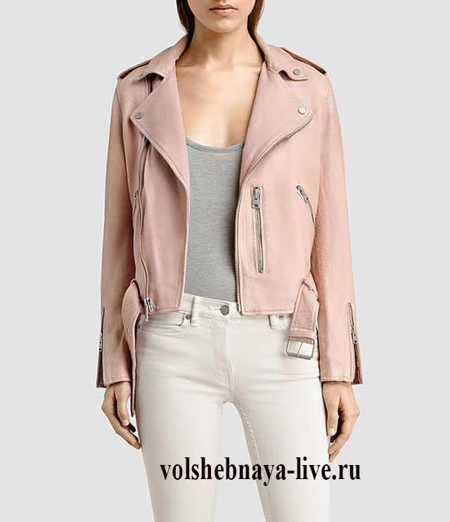 Белые джинсы в обтяжку с курткой с косой молнией.