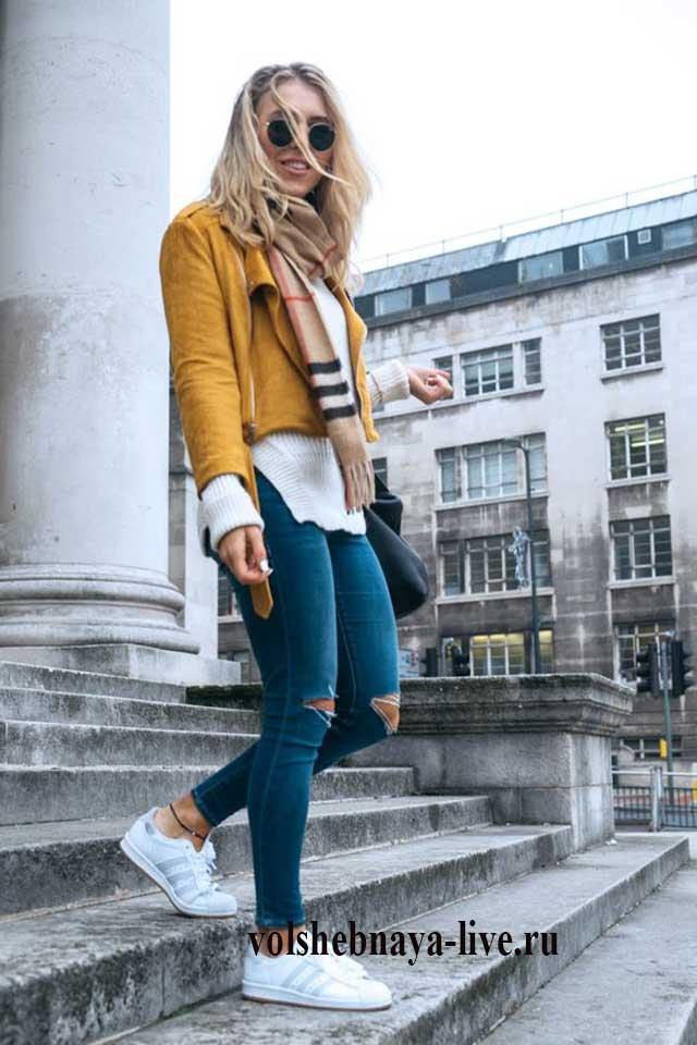 Сочетание желтой косухи с джинсами