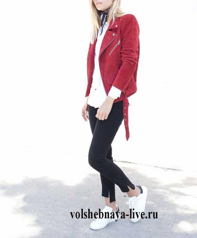 Куртка косуха замшевая красного цвета под джинсы и белые кеды