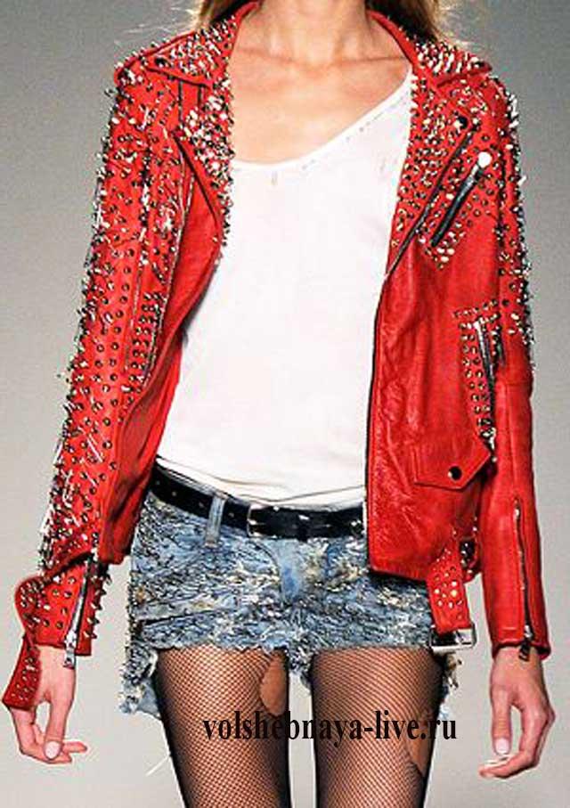 Джинсовые шорты в ауфите с косухой из кожи красного цвета.