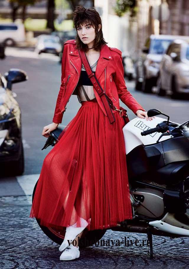 Юбка плиссе плюс красная кожаная куртка с косуха