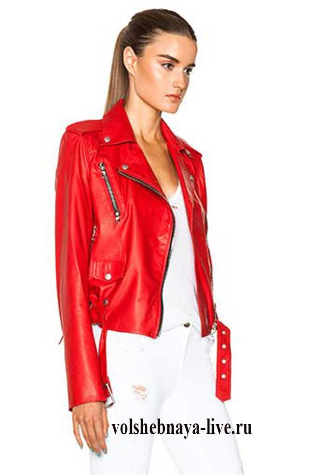 Косуха из кожи в гранатовом оттенки красного с белыми джинсами