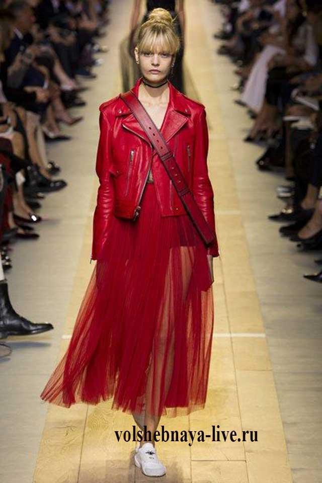 Юбка из фатина с кожаной женской курткой красного цвета