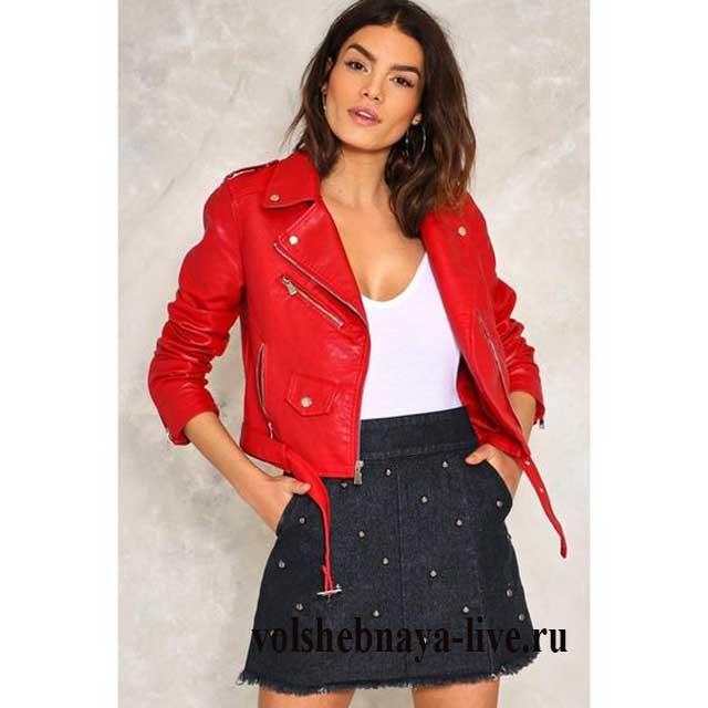 Джинсовая мини юбка в луке с красной косухой