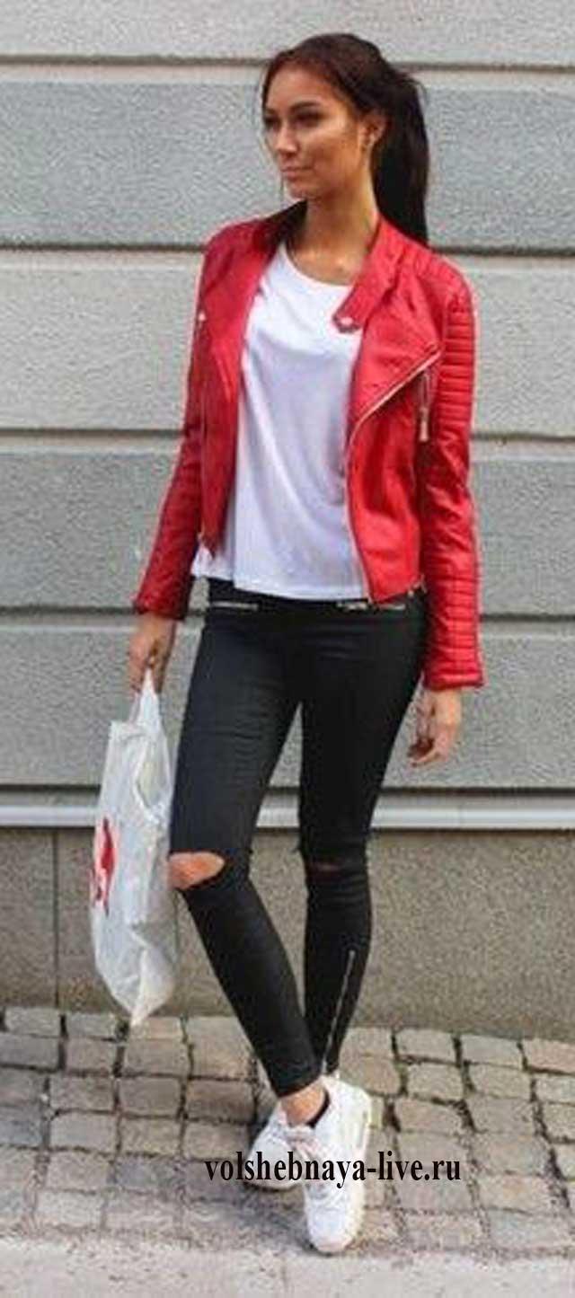 Джинсы с прорезями на коленках с красной косухой.