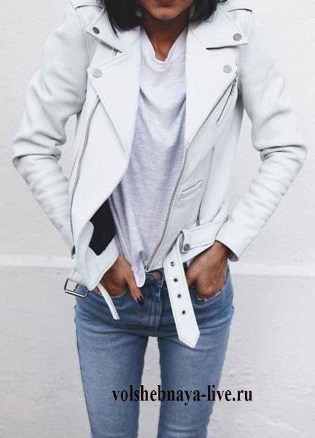 Классические голубые джинсы в образе с белой косухой