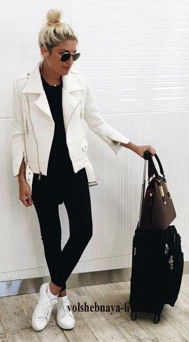 Белая кожаная куртка в мото стиле под узкие джинсы