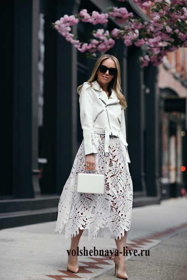 Белая юбка из кружева под куртку косуху