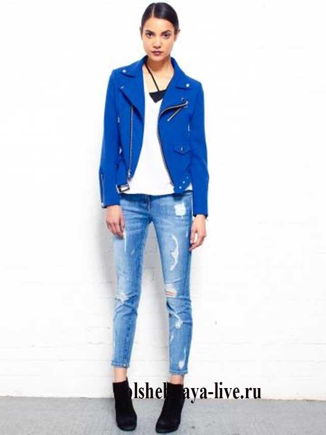 Косуха якрко синего цвета с белой футболкой и джинсами бойфренд
