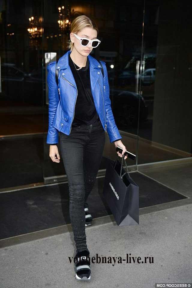 Косуха синяя с черными джинсами в обтяжку