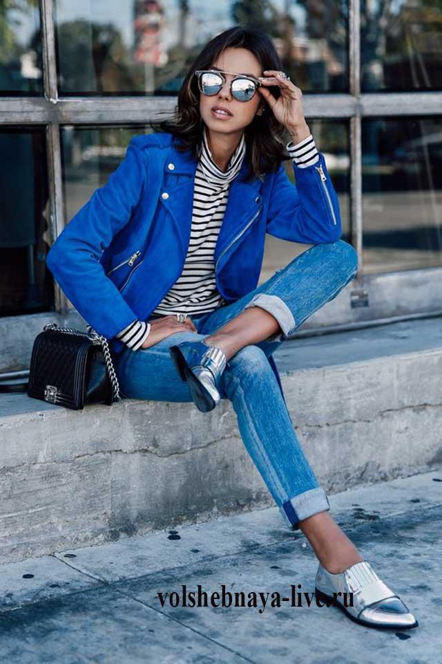 Синяя женская куртка косуха с джинсами бойфренд
