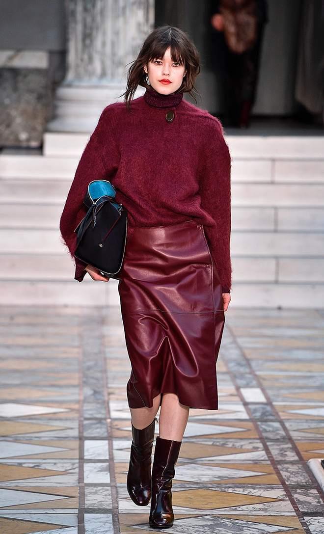 Бордовая юбка из кожи цвета марсала