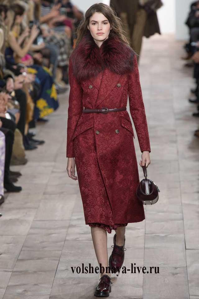Двубортное бордовое пальто с мехом