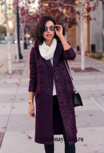 Образ с бордовым пальто и брюками из кожи