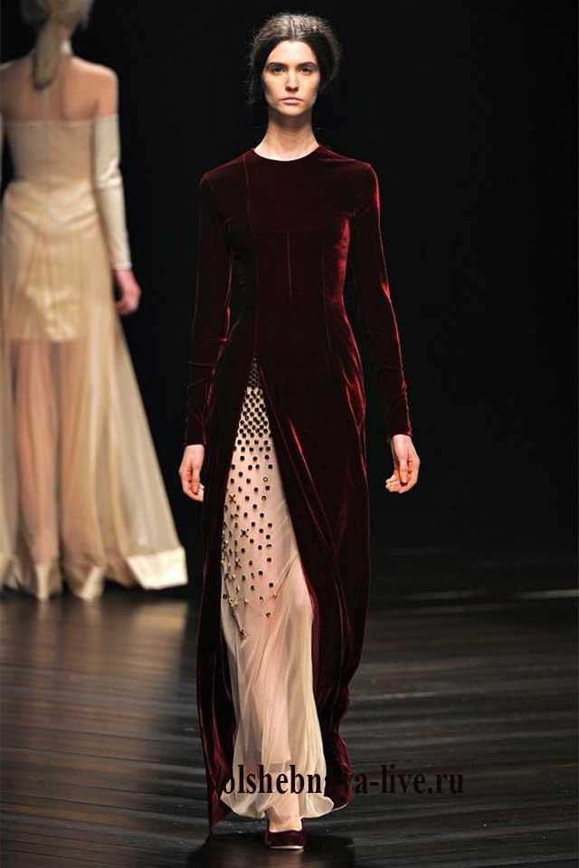 Бордовое бархатное платье с разрезом