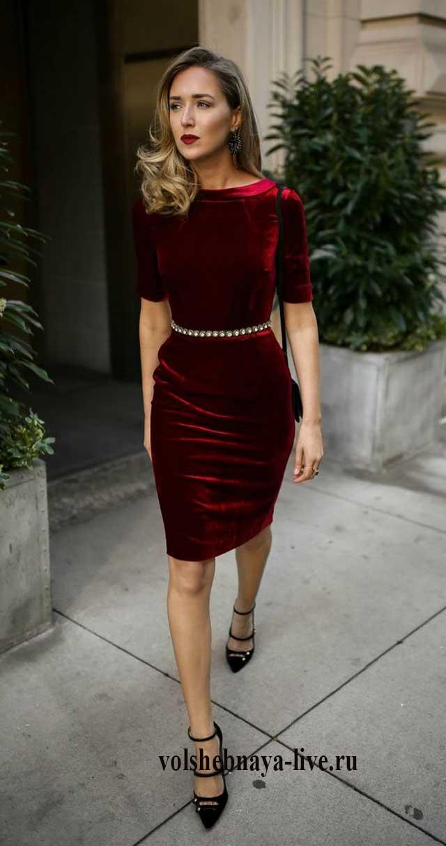 Бордовое платье из бархатного материала