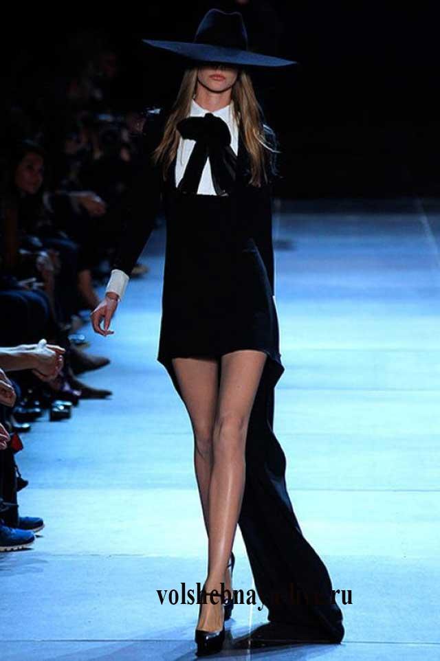 Платье со шлейфом с воротничком