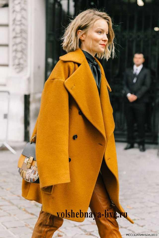 Двубортное горчичное пальто