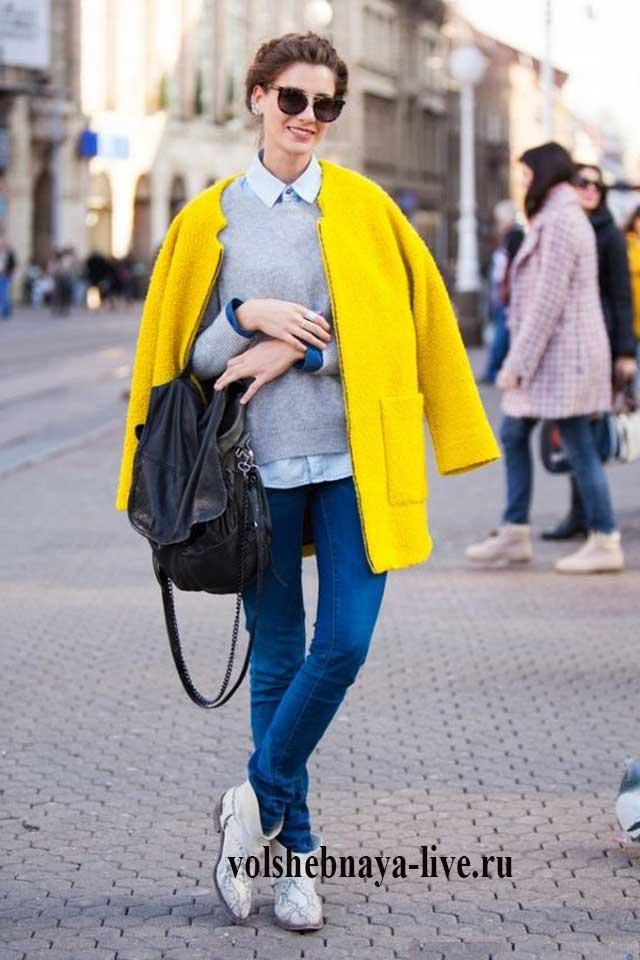 Пальто горчичного цвета в образе с джинсами и кроссовками