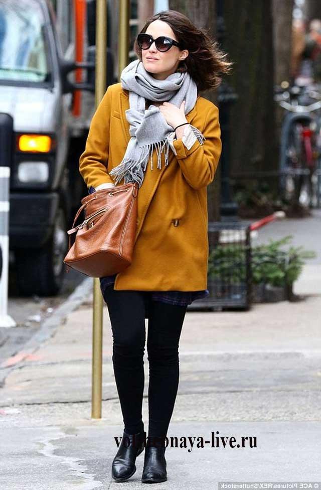 Серый шарф к горчичному пальто