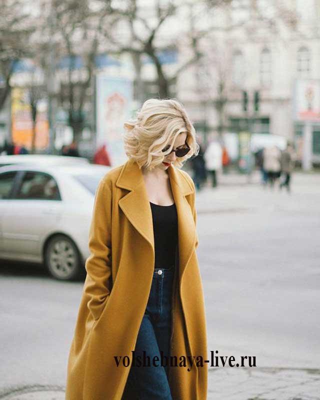 Образ с джинсами и горчичным пальто